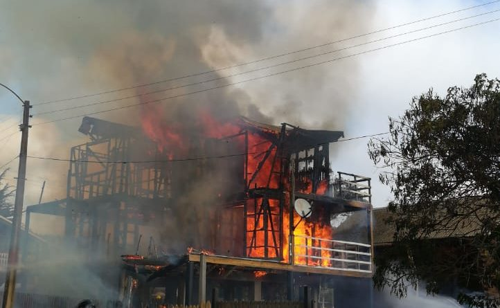 Incendio consume totalmente vivienda en sector Playa Hermosa